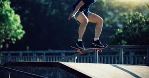 Skateboarder die op skatepark met een skateboard rijden Royalty-vrije Stock Afbeelding