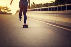 Skateboarder die op stadsstraat met een skateboard rijden Royalty-vrije Stock Foto