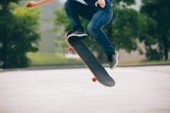Skateboarder die in openlucht met een skateboard rijden stock afbeeldingen