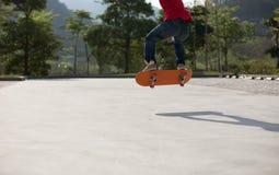 Skateboarder die in openlucht met een skateboard rijden stock afbeelding