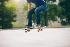 Skateboarder die in openlucht met een skateboard rijden stock fotografie
