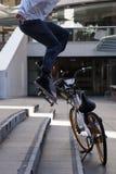 Skateboarder die trucs in de plaats van Martin uitvoeren stock fotografie