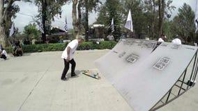 Skateboarder die trucs uitvoeren in Burnham Park, Baguio stock videobeelden