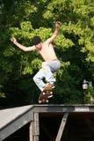 Skateboarder die van Platform gaat Stock Foto's