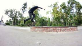 Skateboarder doing trick on grindbox in the skate park clips vidéos