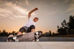 Skateboarder in een concrete pool stock foto