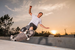 Skateboarder in een concrete pool Stock Fotografie