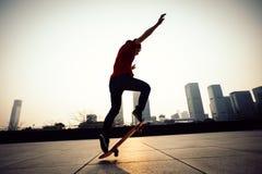 Skateboarder het met een skateboard rijden stock fotografie