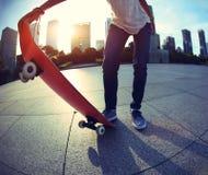 Skateboarder het met een skateboard rijden stock foto's