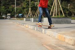 Skateboarder het sakteboarding op parkeerterrein Stock Fotografie