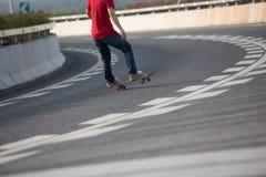Skateboarder het sakteboarding op stad Stock Afbeeldingen