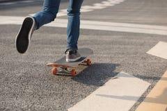 Skateboarder het sakteboarding op stad royalty-vrije stock foto