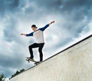 Skateboarder i skateparken Arkivfoto