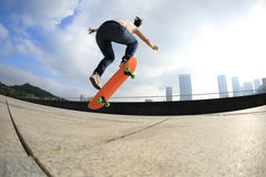 Skateboarder jumping on city Royalty Free Stock Photography