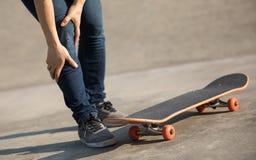 Skateboarder kreeg sprintenverwonding het met een skateboard rijden Stock Foto