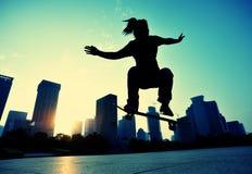 skateboarder met een skateboard rijdend bij stad royalty-vrije stock afbeelding