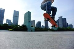 skateboarder met een skateboard rijdend bij stad royalty-vrije stock foto