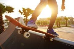 skateboarder met een skateboard rijdend bij stad stock foto's