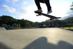skateboarder met een skateboard rijdend bij stad royalty-vrije stock foto's