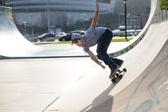 Skateboarder nell'azione sulla pista del pattino. Fotografie Stock