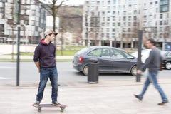 Skateboarder nell'azione sulla via. Fotografia Stock