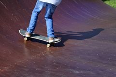 Skateboarder op een het met een skateboard rijden helling stock foto's