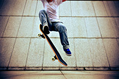 Skateboarder skateboarding against the wall Royalty Free Stock Photos