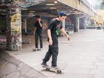 Skateboarder a skatepark sulla Banca del sud, Londra immagine stock