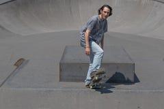 Skateboarder som får klar för handling Arkivfoto
