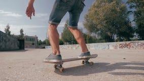Skateboarder som ruising ner stadsgatan ultrarapid slut upp lager videofilmer