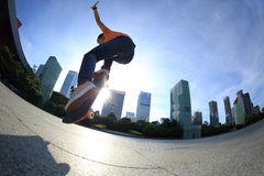 Skateboarder som skateboarding på soluppgångstaden fotografering för bildbyråer