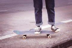Skateboarder som skateboarding på staden på gatan arkivbilder