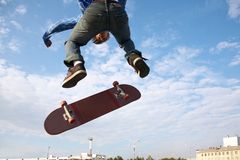 Skateboarder sopra la città Fotografia Stock