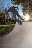 Skateboarder su un rotolo della roccia n fotografia stock libera da diritti