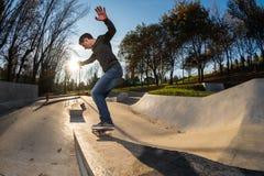 Skateboarder su una frantumazione fotografie stock libere da diritti