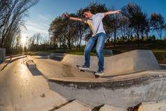 Skateboarder su una frantumazione fotografia stock