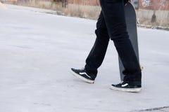 Skateboarder su una lastra di cemento armato immagine stock