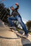 Skateboarder su una stalla della coda fotografia stock libera da diritti