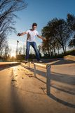 Skateboarder su uno scorrevole del bordo fotografie stock libere da diritti