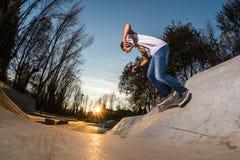 Skateboarder sul giro della parete immagine stock libera da diritti