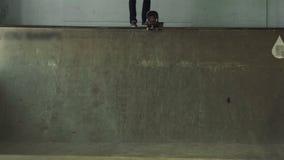Skateboarder trekt weg van de helling stock videobeelden