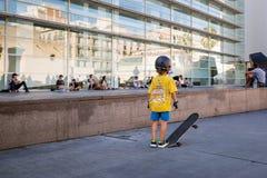 Skateboarder voor de glasvoorgevel van MacBa, Barcelona royalty-vrije stock fotografie