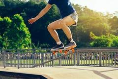 Skateboarderbenen die bij skatepark met een skateboard rijden Royalty-vrije Stock Foto