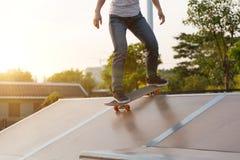 Skateboarderbenen die op skatepark met een skateboard rijden Royalty-vrije Stock Fotografie