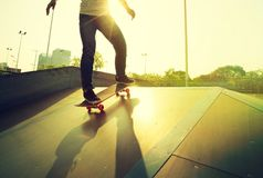 Skateboarderbenen het met een skateboard rijden Stock Afbeelding