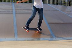Skateboarderbenen het met een skateboard rijden Stock Foto