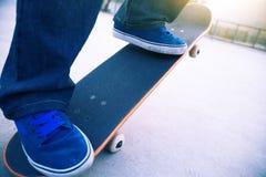 Skateboarderbenen het met een skateboard rijden Royalty-vrije Stock Foto