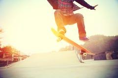 Skateboarderbenen het met een skateboard rijden Stock Foto's