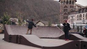 Skateboarderbroodjes op springplanken op straat in stad Mensen praktijk ontbreek stock videobeelden