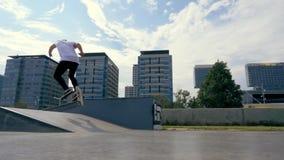 Skateboarderen gör ett trick utomhus stock video